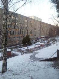 131209 Inlagd och tar promenad runt sjukhuset i Huddinge